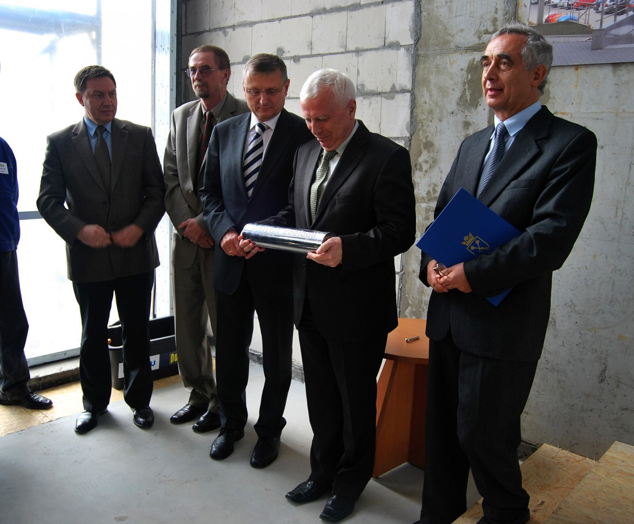 Mounting the groundbreaking plaque of the Institute of Zoology at Jagiellonian University